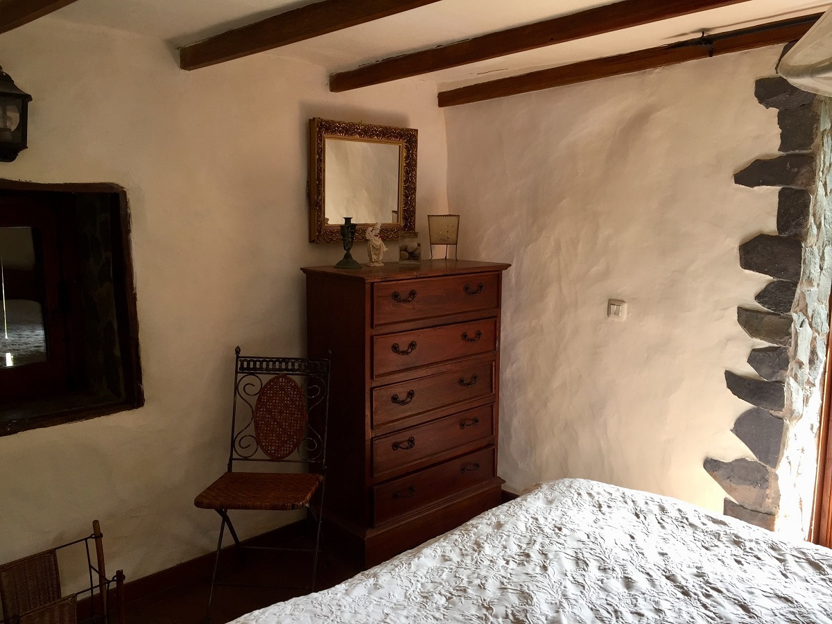 Dormitory in an old canarian land house with antique furnitures